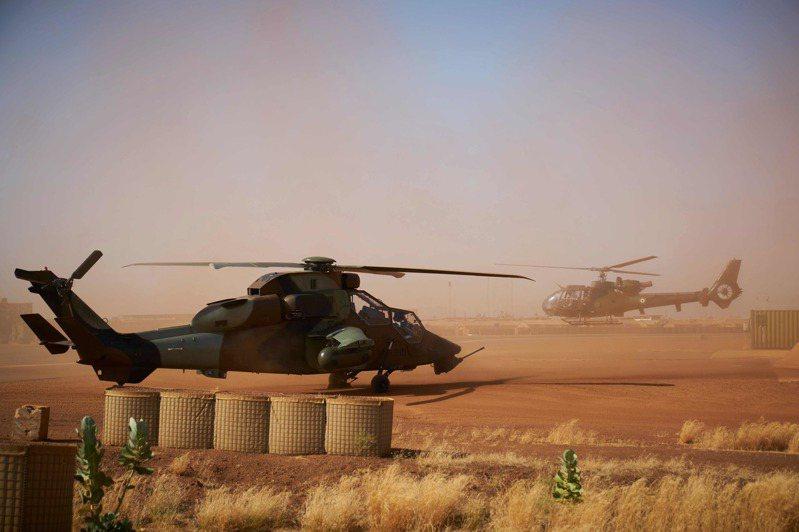 法軍兩架直升機25日晚間在馬利低空對撞,造成13名官兵殉職。圖為失事的虎式直升機一架同型機(左)8日停在馬利北部的法國軍事基地。(法新社)