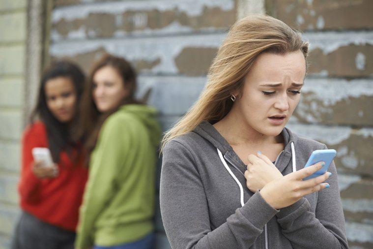 網路使用時間越多的國中生,其網路霸凌現象越明顯,霸凌動機以看對方不順眼為最高;且...