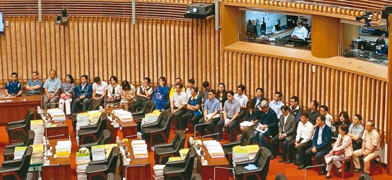 民進黨高雄市議員李喬如,昨天要求高雄市34所已裝雙機學校校長列席議會排排坐。 記者謝梅芬/攝影