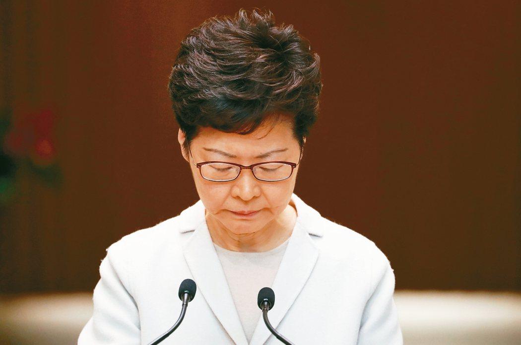 香港特首林鄭月娥廿六日表示,北京未就區選結果向她問責,正籌設「獨立檢討委員會」探索這次歷時多月的社會動盪。 (路透)
