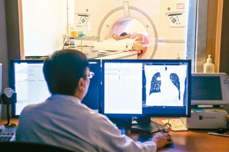 世衛最新公布,台灣肺癌發生率高居亞洲第二,僅次於北韓。圖為患者接受肺部電腦斷層檢...