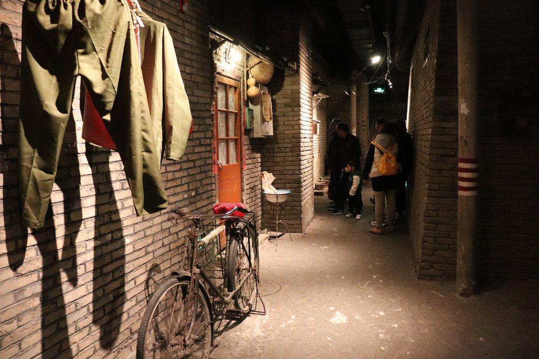 老北京人說,以前的胡同內與四合院外,衣服就是會這樣曬,腳踏車要騎大輪子的,住家外...