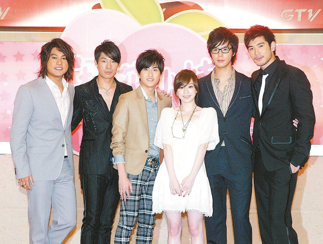 朱孝天(左起)、藍鈞天、黃靖倫、王心凌、丁春誠與高以翔出席「桃花小妹」開鏡記者會