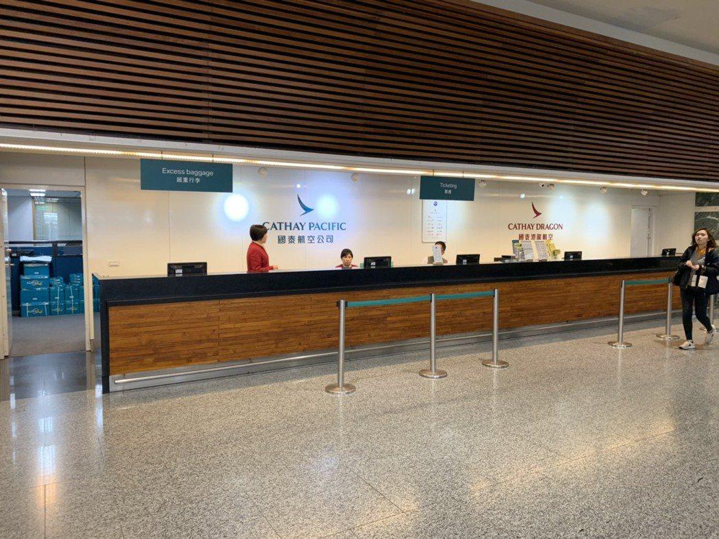 高以翔家人稍早在國泰票務櫃檯詢問相關事宜。記者陳嘉寧/攝影