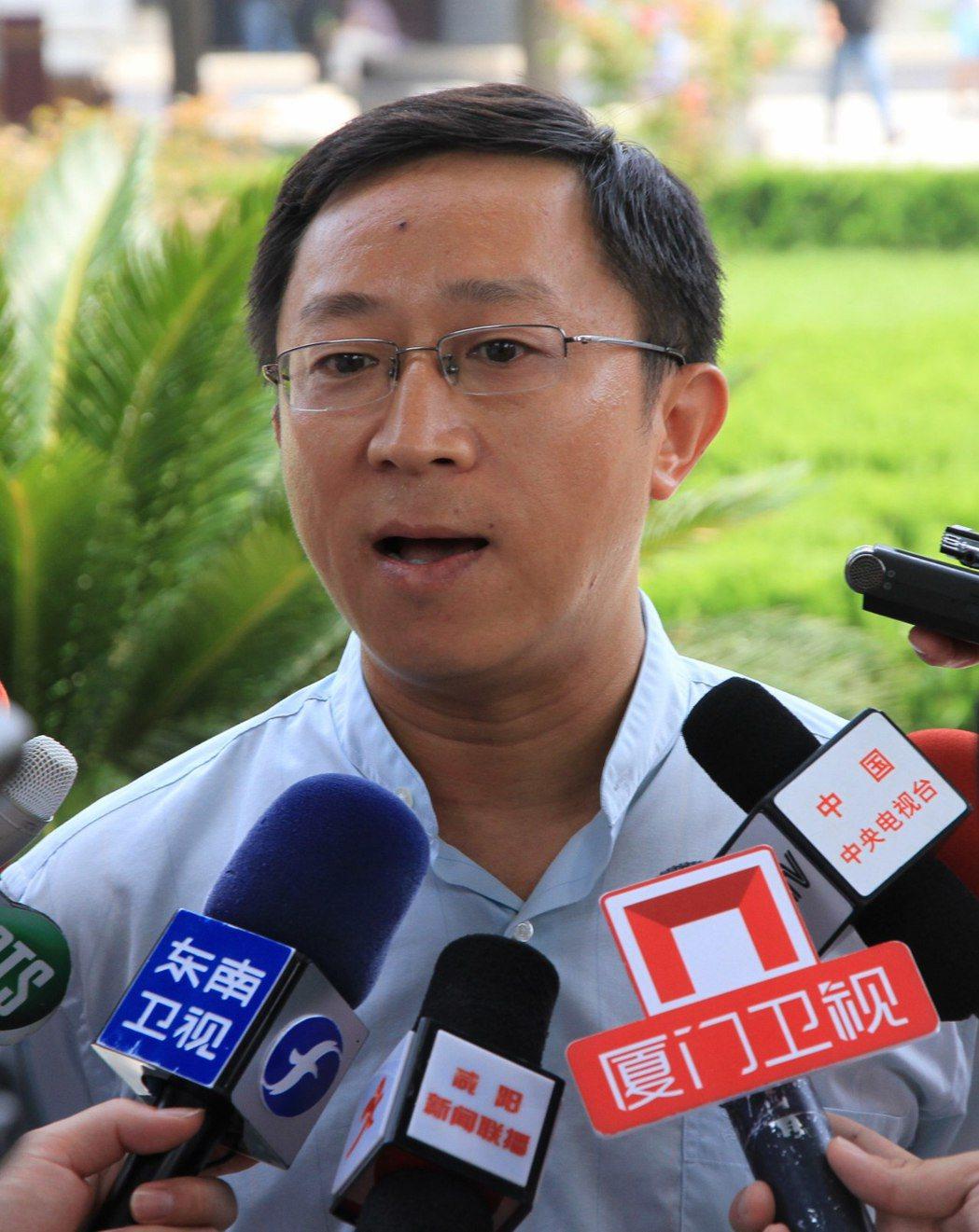 國台辦前任新聞局局長楊毅反應靈敏,圖為他在2013年7月接受兩岸記者採訪時場景。...