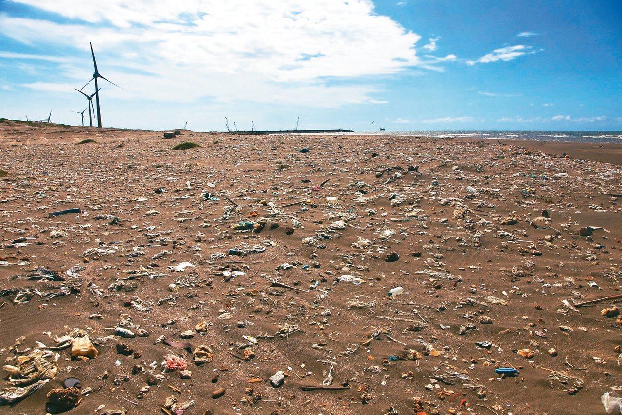 國人瘋淨灘,垃圾卻沒變少,圖為桃園一處海灘。 圖/RE-THINK提供