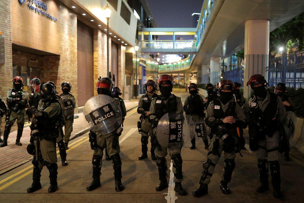 香港警方的安全小組明早將會進入理工大學校園處理危險品和蒐證。 路透社