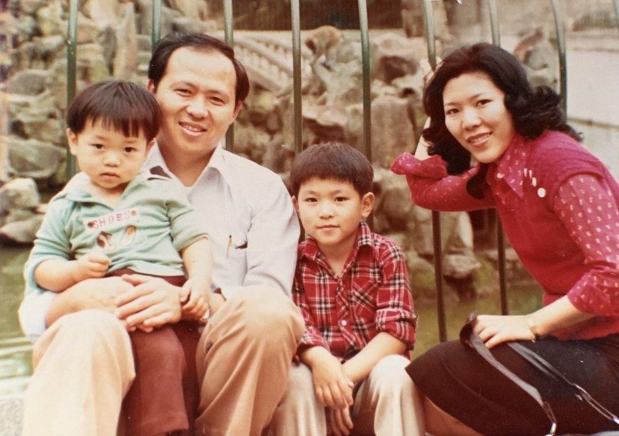 曹汶龍34歲時和妻子及2名兒子合照,他感謝妻子長年來協助照顧父母親,始終維持融洽...