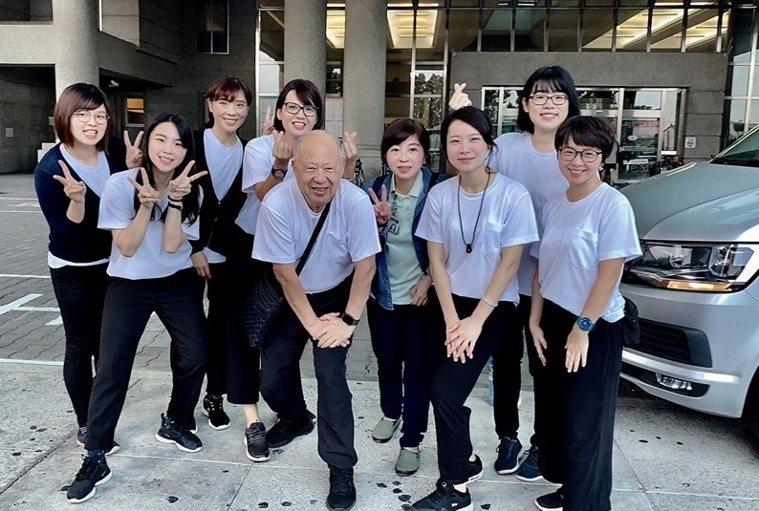 曹汶龍全心投入失智症照護領域,常帶領年輕團隊走入社區,成員能各自發揮所長。