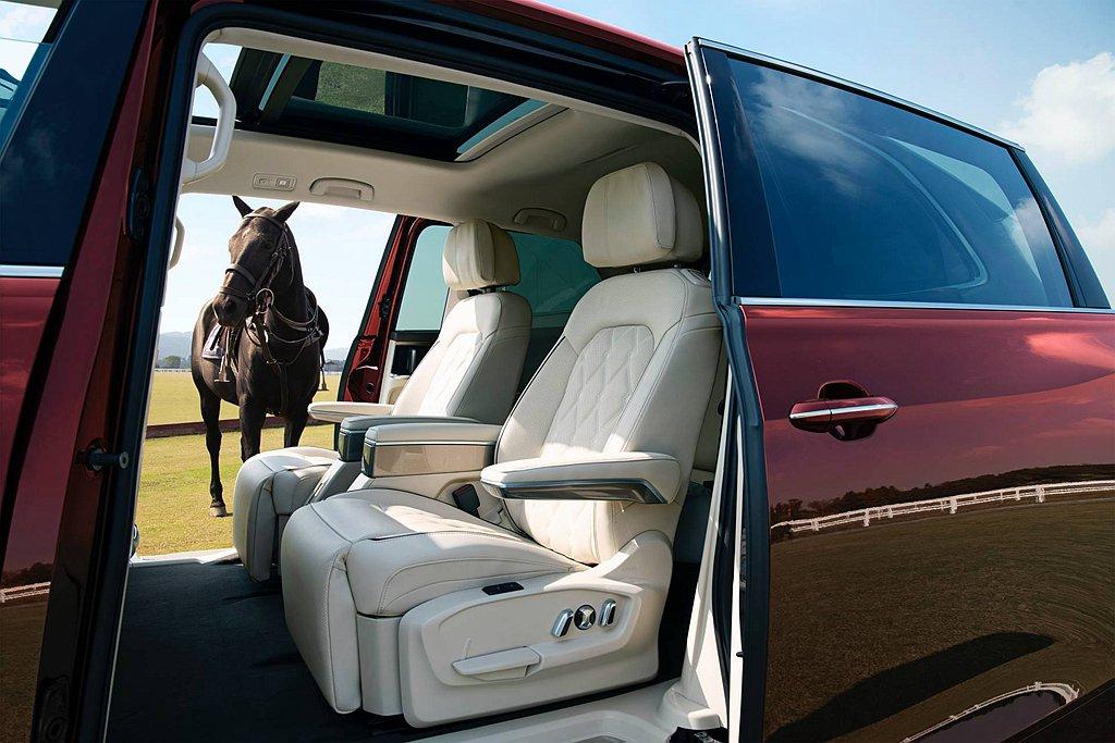 第二排座椅配備電動腿靠、雙層頭枕、行政座椅以及Dynaudio音響系統,打造最舒...