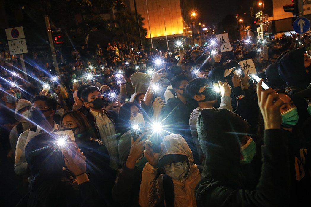 11月25日,市民齊聚香港理工大學外聲援示威者。 圖/歐新社