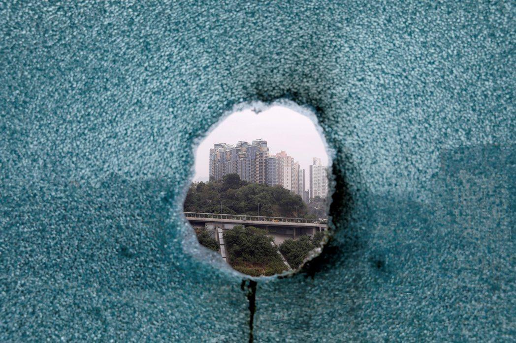 區選後有人呼籲勿忘仍被圍困的人士。圖為香港理工大學。 圖/路透社