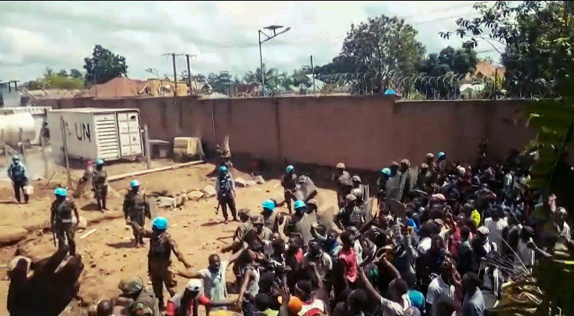 剛果民主共和國(DR剛果)疫區前線的東部大城貝尼(Beni),連日來大批群眾「圍...