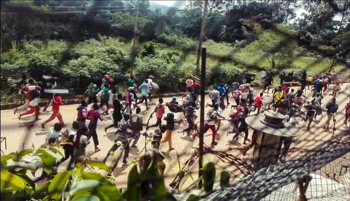 圖為25日,貝尼民眾包圍攻及駐剛果的聯合國維和部隊基地。 圖/法新社