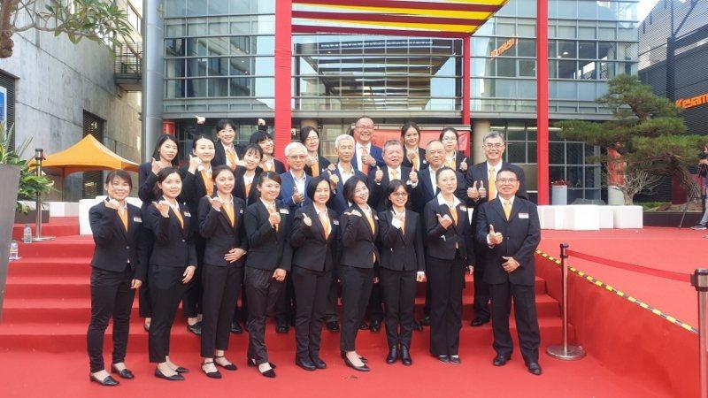 王慶華與工作團隊在36周年慶典中合影。 徐谷楨/攝影