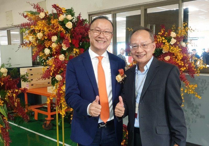 捷力精機總經理張俊祥(右)是王慶華業界好友,撥空出席引興周年慶,隨即趕飛國外。 ...