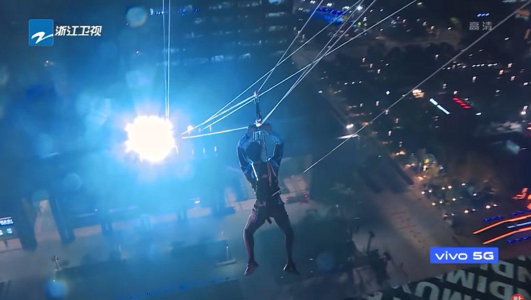 《追我吧》節目會讓人從一處高樓釣鋼絲滑行到另一處大樓。 圖/擷自Youtube