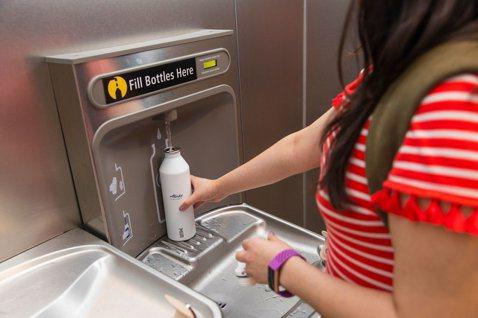 即使只有10%旅客裝水,每年就可望減少70萬瓶裝水、400萬個塑膠杯。 圖/摘自...