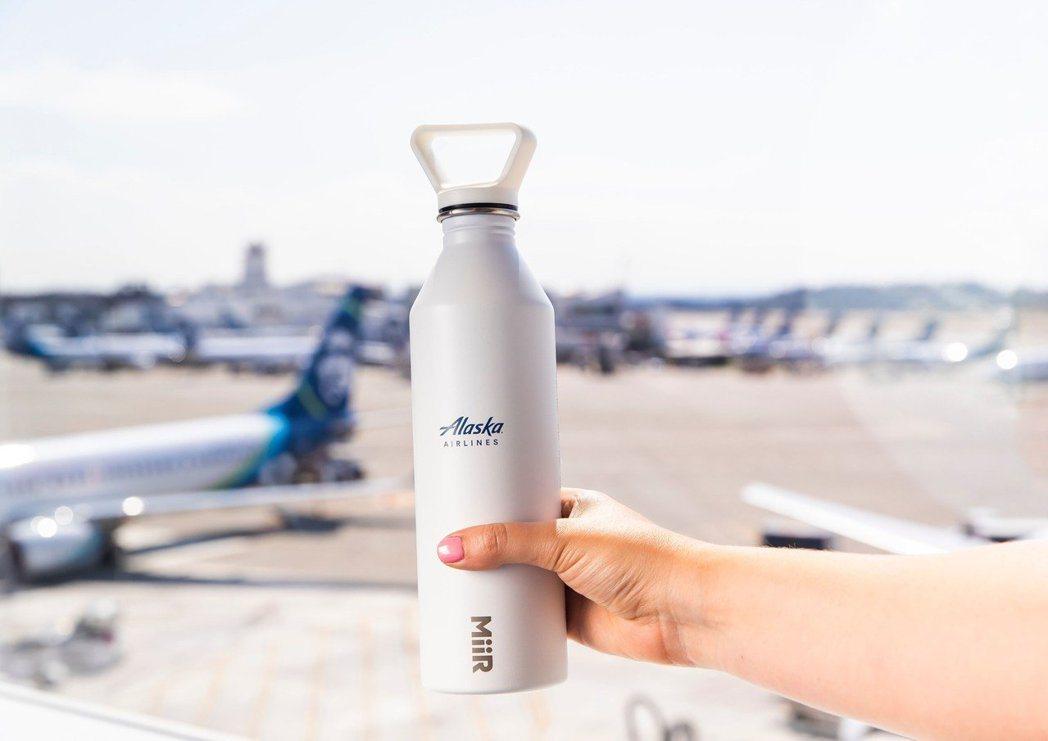 阿拉斯加航空在機場發送不鏽鋼水壺,鼓勵旅客裝滿水上機。 圖/摘自阿拉斯加航空網站