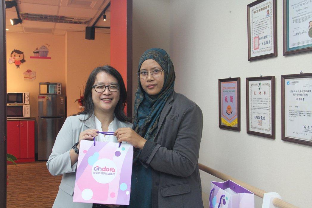 創辦人張郁馨將紫馨膏與乳尖修護精華贈予同團一位五歲孩子的母親。 馨朵拉/提供
