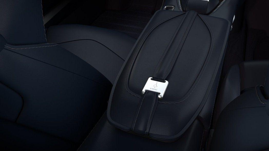 在中央扶手的皮帶扣上印有協和號噴射機圖樣。 摘自Aston Martin