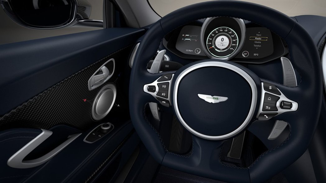 車門板、換檔撥片等小地方都有噴射機的圖案出沒。 摘自Aston Martin