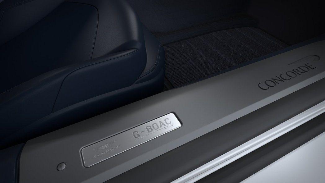 門檻迎賓飾板則是對應車外的G-BOAC機型編號。 摘自Aston Martin