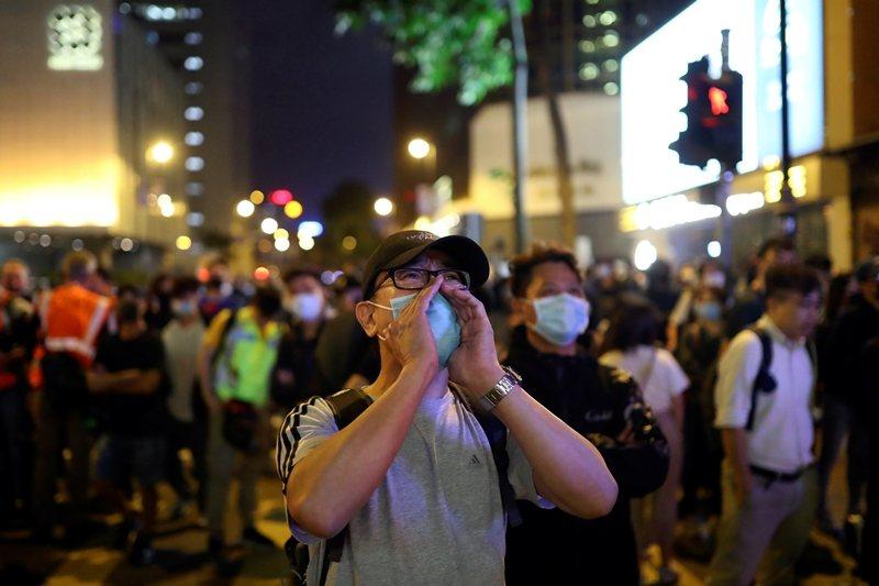 選舉結束後,民眾持續聲援受困於理工大學的抗爭者,攝於11月25日,香港。 圖/路...