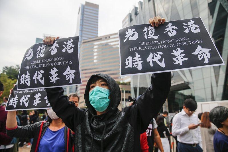 區選大勝並不等於抗爭大勝,民眾仍持續上街,攝於11月26日,香港。 圖/歐新社