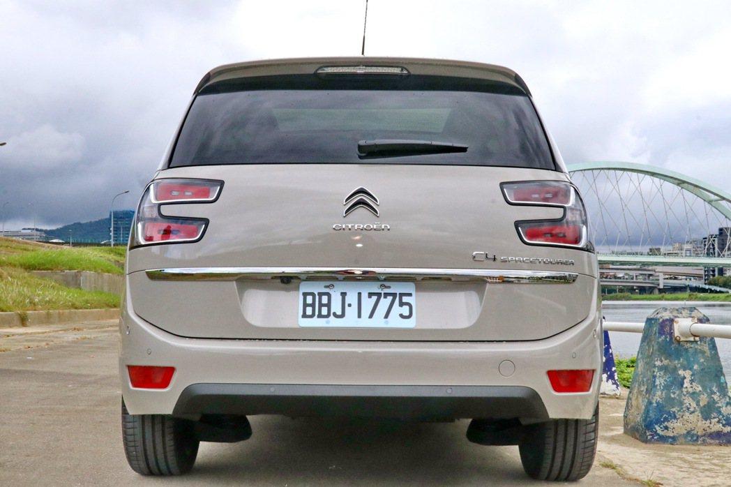 車尾的尾燈設計具備鮮明辨識度。 記者陳威任/攝影