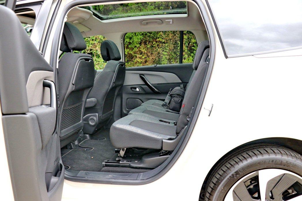 第二排三張獨立座椅可以調整傾斜角度及前後滑移。 記者陳威任/攝影