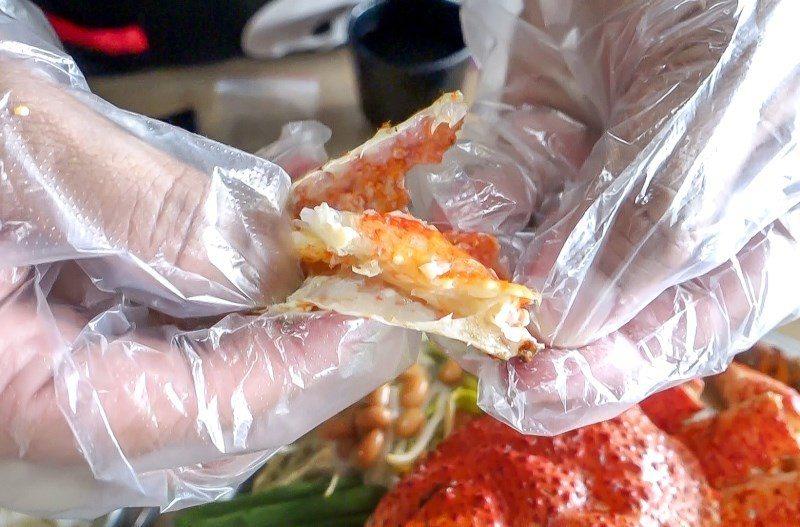 ▲鮮蛤雪蟹部隊鍋會附上手套與剪刀,讓大家自己動手剪取蟹肉。