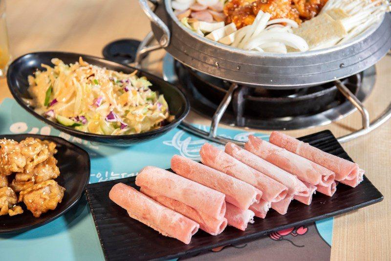 ▲部隊鍋套餐再附上一盤肉盤,就是要你吃飽飽的再離開。