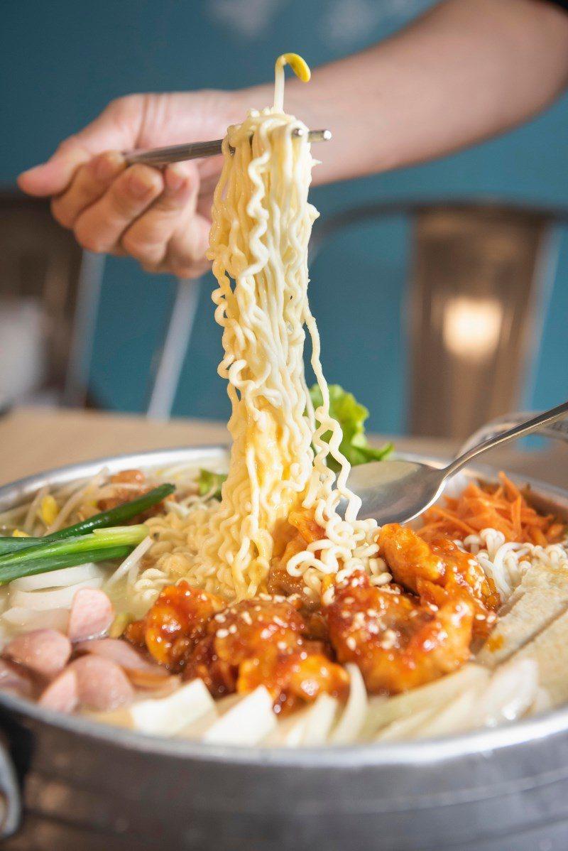 ▲嚐起來Q彈滑順的韓式泡麵,吸附湯汁的麵條吃起來還更有嚼勁,泡麵控絕對愛。