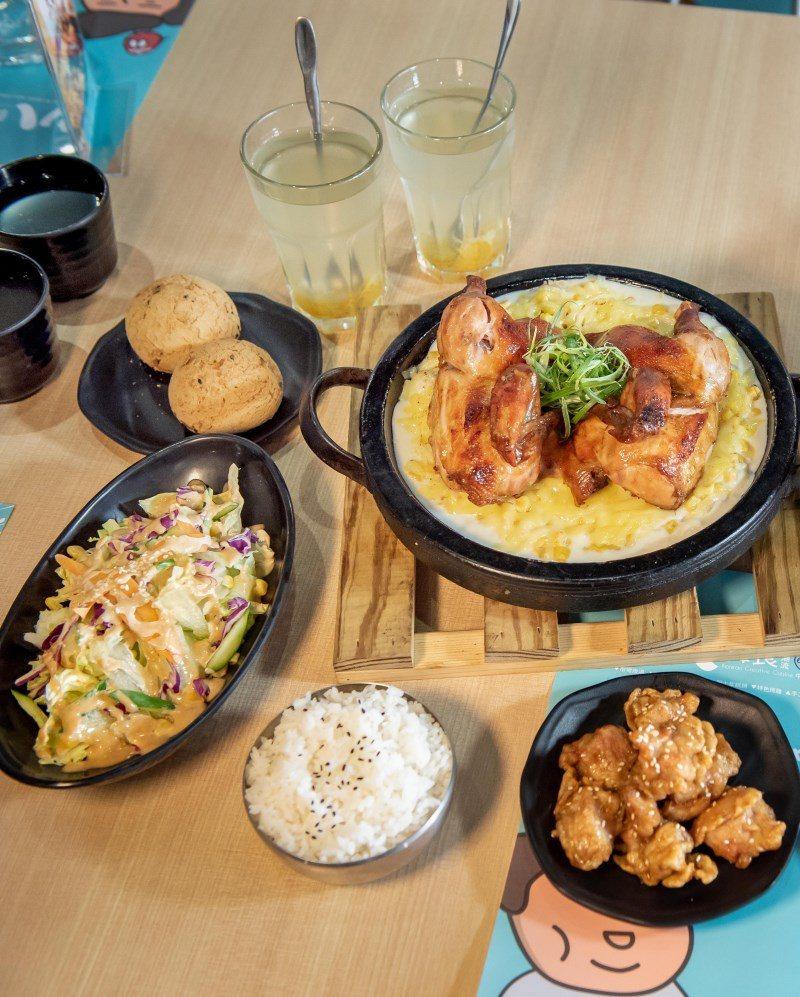 ▲套餐系列均會附上前餐(韓國麻糬麵包、胡麻鮮脆沙拉)、韓式炸雞以及特色飲品,喜歡...