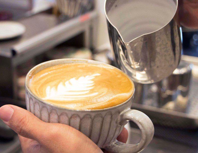 ▲咖啡師精巧的拉花手藝,讓拿鐵喝到最後一口還看得到圖形,嘴裡和眼裡都是種享受。
