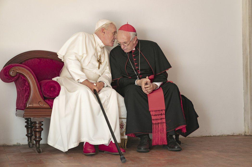 安東尼霍普金斯與強納森普萊斯在「教宗的承繼」演技精湛。圖/Netflix提供