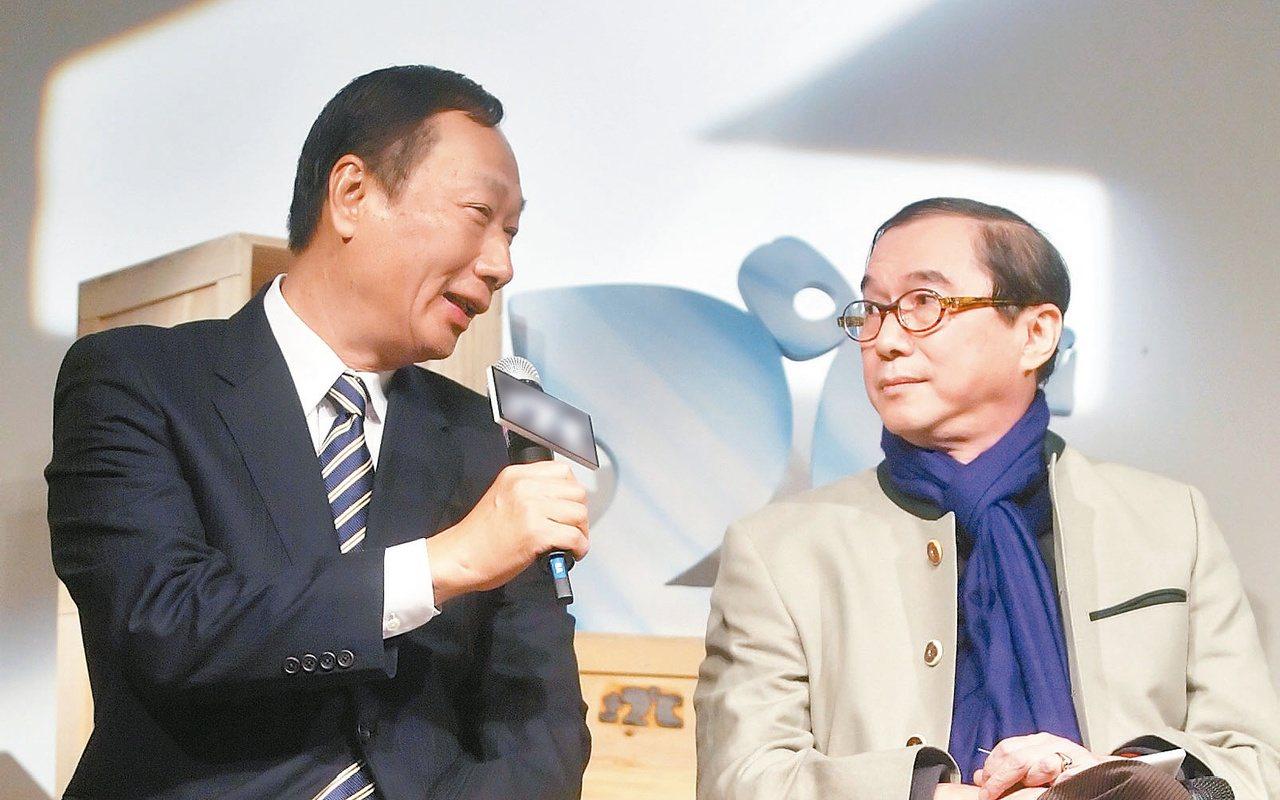 2009年,鴻海集團創辦人郭台銘(左)與廣達董事長林百里(右)同台出席一場紀錄片...