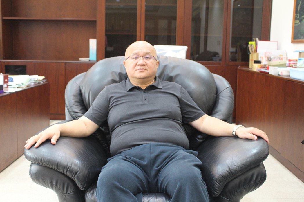 秦榮華擔憂台灣人才在起跑點上就輸人,因此入主大華科技大學後,就大刀闊斧裁撤許多系...