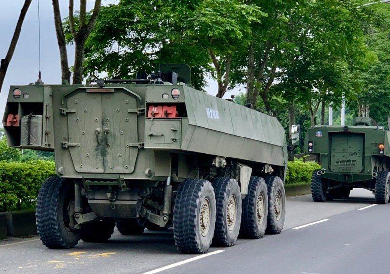國防部軍備局官員上午披露,209廠研發計畫搭載81公厘迫砲的雲豹甲車二代M2樣車,月前已通過陸軍包括長途機動、沙灘、溪谷地形驗證等戰術測試。209廠與工研院在不到1年時間完成新雲豹甲車的車輛組裝,透過陸軍嚴格測試,已完成新雲豹通用載台設計概念的驗證。圖/本報資料照片