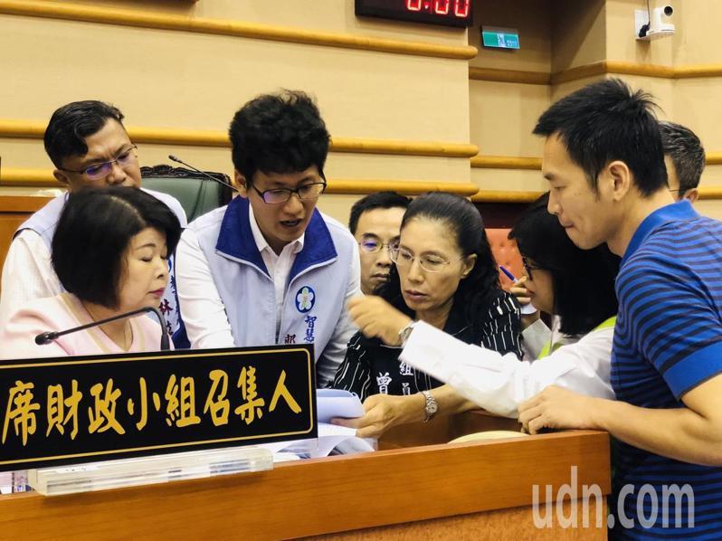 嘉義市政府智慧科技處長郭軒志(左二)與多名議員展開密集討論。記者李承穎/攝影