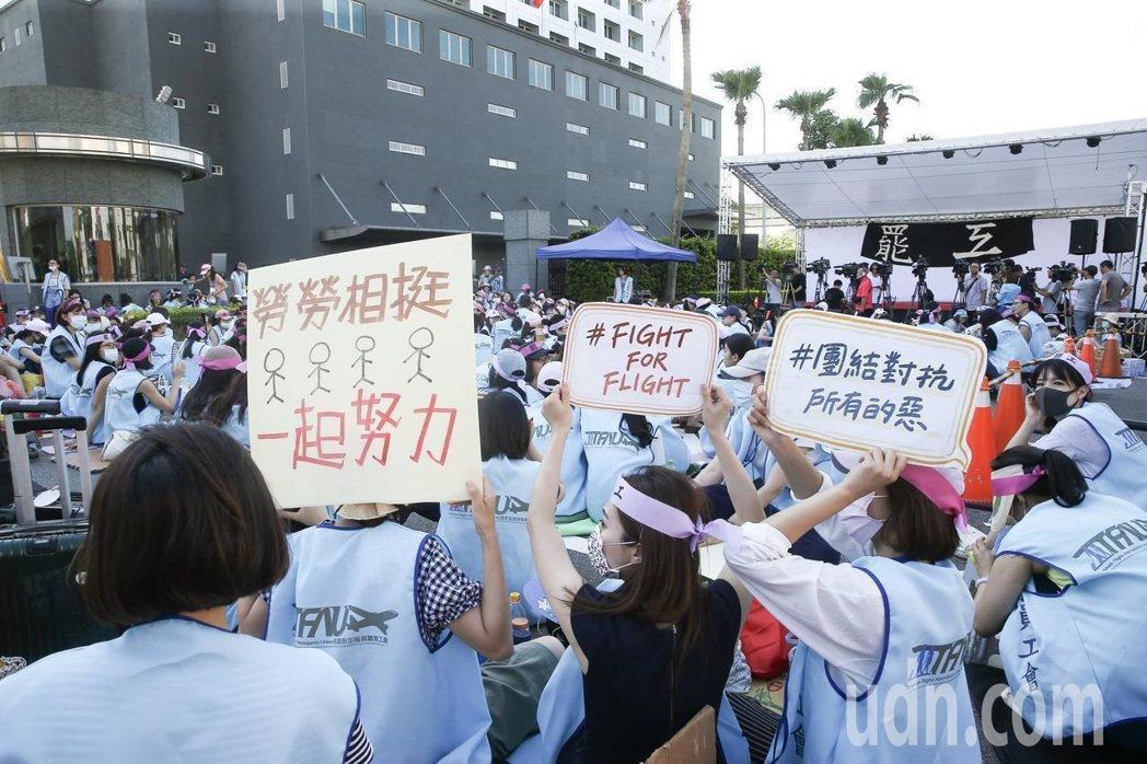 長榮航空空服員今年6月發動罷工。本報資料照片