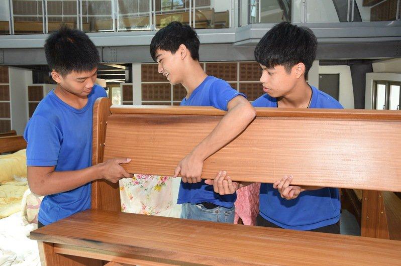 來自台東的公東高工師生,為靜宜大學即將落成的主顧聖母堂設計、製作專用的教堂椅。圖/靜宜大學提供