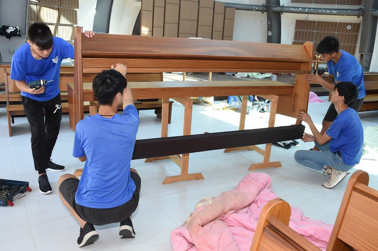 來自台東的公東高工師生,為靜宜大學即將落成的主顧聖母堂設計、製作專用的教堂椅。圖...