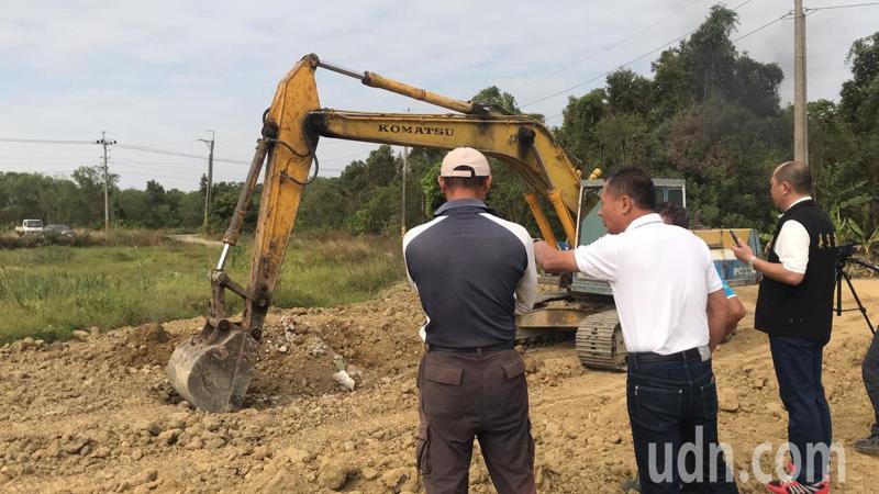 嘉義縣太保市魚寮遺址旁的一塊農地,曾被檢舉非法掩埋廢棄物,上午僱請怪手開挖。記者黃晴雯/攝影