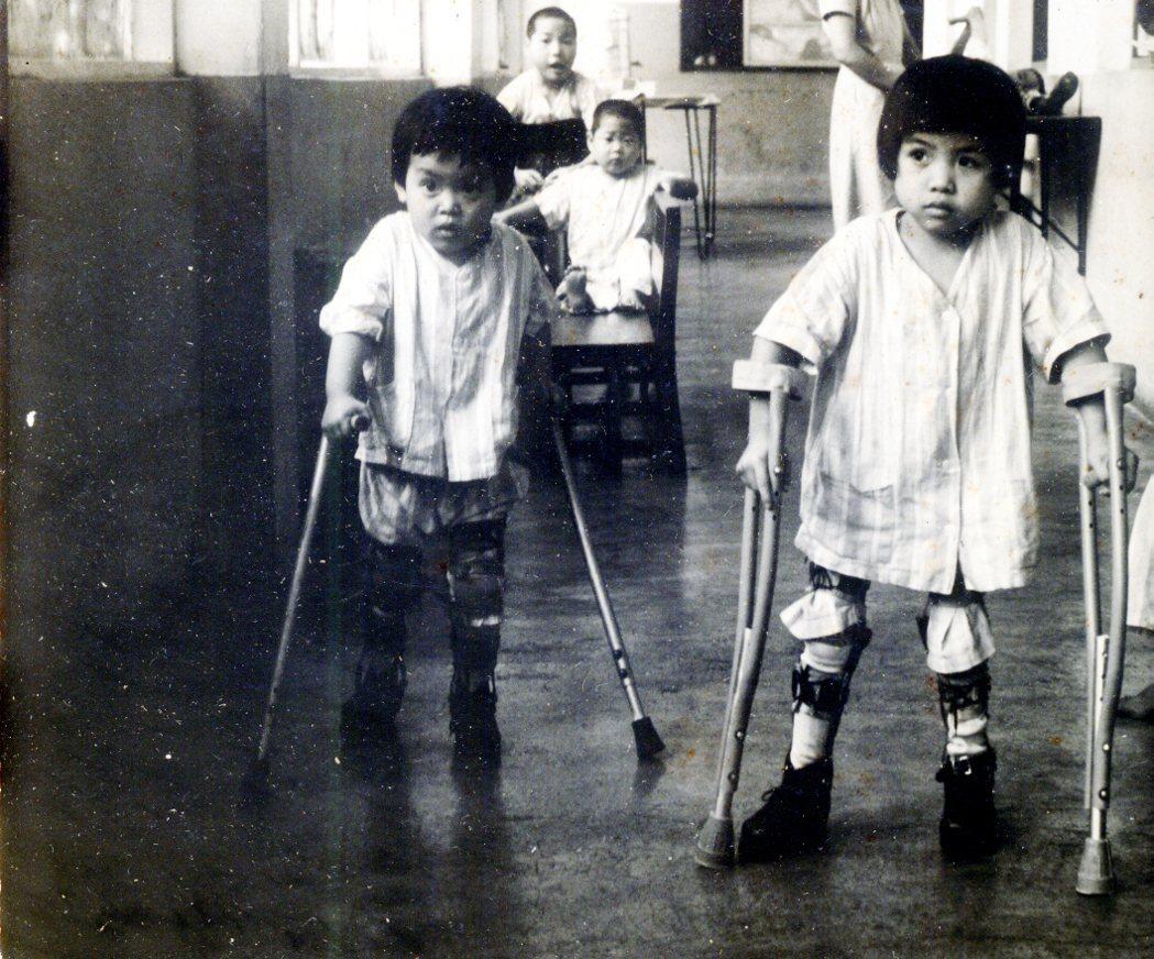當時的兒童之家是全台第一所專治小兒痲痺的兒童療養院,即後來的勝利之家,孩子在這裡...