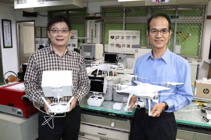 雲嘉南分署首開無人機班,分署長劉邦棟(左二)及職訓師郭啟禎(左三)歡迎民眾報名。圖/雲嘉南分署提供