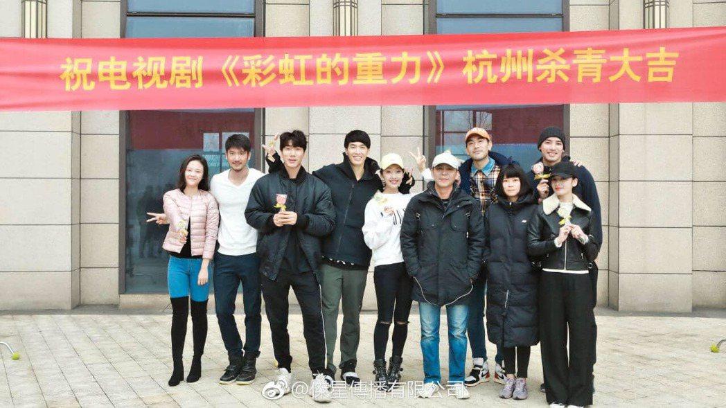 高宇橋(左二)客串演出高以翔(後排右二)主演的「彩虹的重力」。圖/摘自臉書