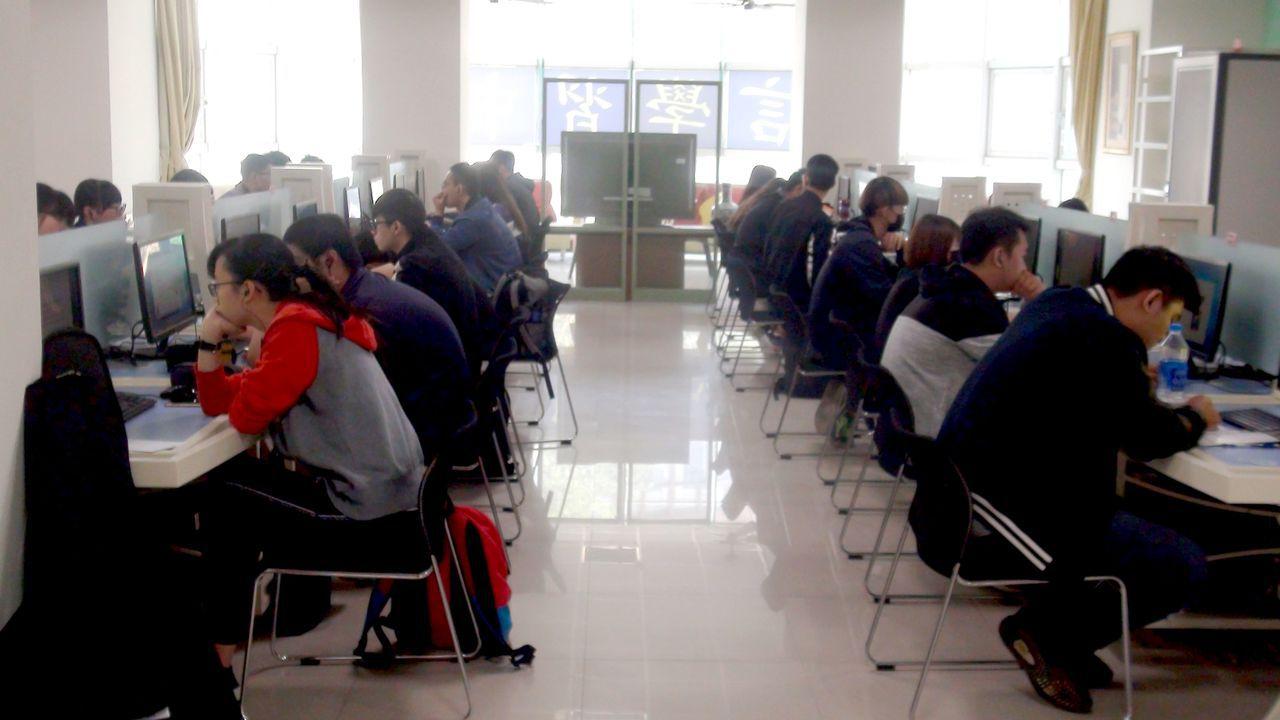 語言學習中心提供有工研院開發的「多國語言學習機」,提供學生多元語言學習情境。記者...
