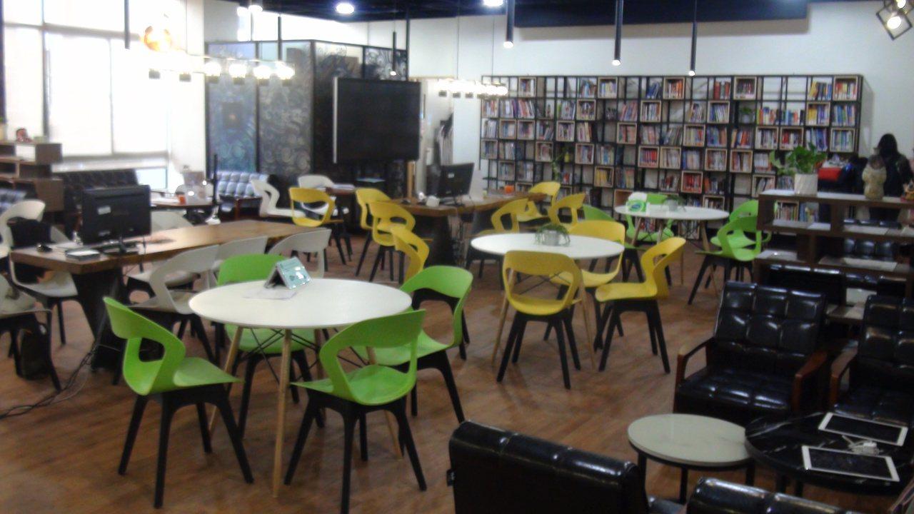 正修科大語言學習中心空間佈置得溫馨自在,學生可以點咖啡,輕鬆閱讀。記者王昭月/攝...